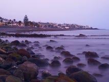 Puesta del sol de la playa rocosa imagen de archivo libre de regalías