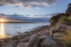 Puesta del sol de la playa rocosa Foto de archivo libre de regalías