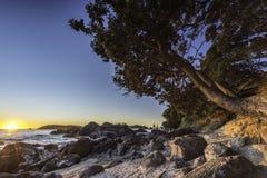 Puesta del sol de la playa rocosa Fotografía de archivo libre de regalías
