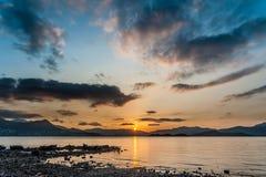 Puesta del sol de la playa rocosa fotos de archivo libres de regalías