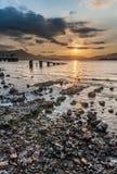 Puesta del sol de la playa rocosa foto de archivo