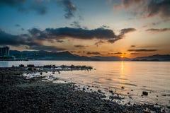Puesta del sol de la playa rocosa imagen de archivo