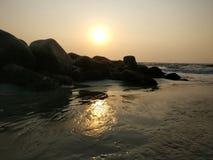 Puesta del sol de la playa de la tarde fotos de archivo