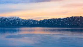 Puesta del sol de la primavera de Sevan del lago imagen de archivo