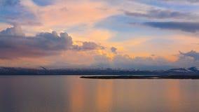 Puesta del sol de la primavera de Sevan del lago imagenes de archivo