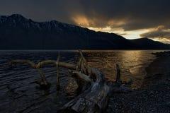 Puesta del sol de la primavera en un lago de la monta?a foto de archivo