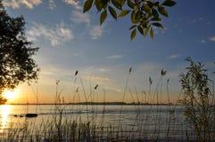 Puesta del sol de la primavera sobre el agua Fotos de archivo libres de regalías