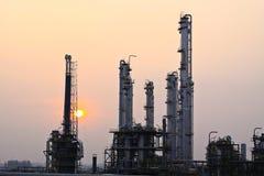 Puesta del sol de la refinería de petróleo Fotos de archivo