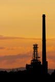 Puesta del sol de la refinería de petróleo Fotos de archivo libres de regalías