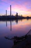 Puesta del sol de la refinería de petróleo Fotografía de archivo libre de regalías