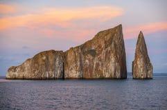 Puesta del sol de la roca del golpeador, islas de las Islas Galápagos, Ecuador imagenes de archivo