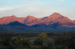 Puesta del sol de la salida del sol de los picos de montañas Imágenes de archivo libres de regalías