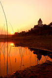 Puesta del sol de la salida del sol sobre el agua tranquila Fotos de archivo