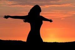 Puesta del sol de la silueta de la mujer Imagen de archivo