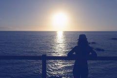 Puesta del sol de la silueta de la mujer Foto de archivo