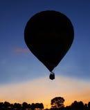 Puesta del sol de la silueta del globo del aire caliente Foto de archivo libre de regalías