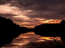 Puesta del sol de la silueta en Taivassalo, Finlandia Fotografía de archivo libre de regalías