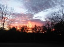 Puesta del sol de la silueta y cielo tempestuoso Fotos de archivo libres de regalías