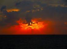 Puesta del sol de la tarde en el mar Foto de archivo libre de regalías