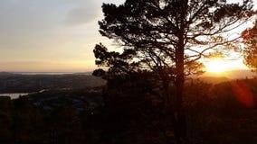 Puesta del sol de la tarde del otoño en la montaña de Bergen, Noruega Fotos de archivo