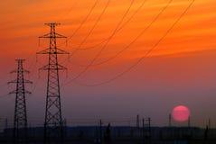 Puesta del sol de la torre de la línea eléctrica Imagenes de archivo