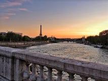 Puesta del sol de la torre Eiffel imagenes de archivo