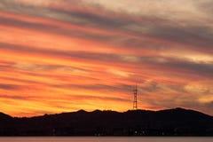 Puesta del sol de la torre de Sutro según lo visto del puerto de Oakland fotos de archivo