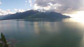 Puesta del sol de la visión aérea sobre el lago Lemán en Montreux almacen de metraje de vídeo