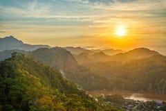 Puesta del sol de las colinas verdes Fotos de archivo