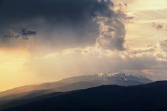 Puesta del sol de las montañas balcánicas Foto de archivo