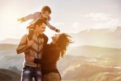 Puesta del sol de las montañas del niño de la familia que camina Fotografía de archivo