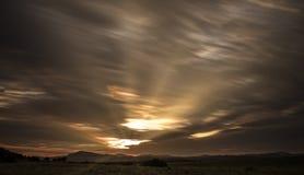 Puesta del sol de las nubes de las montañas imagen de archivo libre de regalías