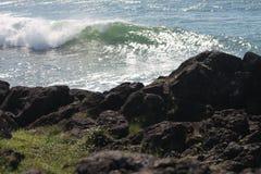 Puesta del sol de las ondas de la rotura del punto que practica surf foto de archivo libre de regalías