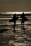 Puesta del sol de las personas que practica surf Fotografía de archivo
