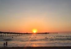 Puesta del sol de las personas que practica surf, San Diego fotos de archivo