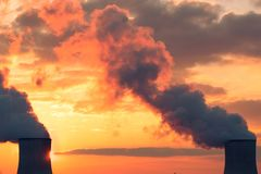 Puesta del sol de las torres de enfriamiento de la central nuclear imagenes de archivo