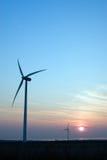 Puesta del sol de las turbinas de viento. Imágenes de archivo libres de regalías