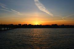 Puesta del sol de lejano hacia fuera al mar foto de archivo