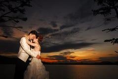 Puesta del sol de los pares de la boda Fotografía de archivo