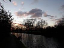 Puesta del sol de los paseos del canal de Londres foto de archivo