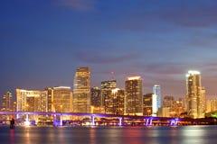 Puesta del sol de Miami la Florida sobre edificios céntricos Imagen de archivo libre de regalías