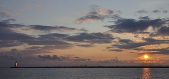 Puesta del sol de Michigan de lago con el faro Imagen de archivo libre de regalías