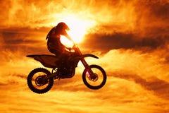 Puesta del sol de Moto x Foto de archivo libre de regalías