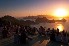 Puesta del sol de observación de la gente en Rio de Janeiro de Niteroi Imágenes de archivo libres de regalías