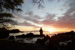 Puesta del sol de observación de la mujer en Makena Bay Imagen de archivo libre de regalías