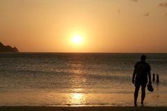 Puesta del sol de observación del hombre foto de archivo