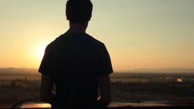 Puesta del sol de observación del hombre almacen de metraje de vídeo