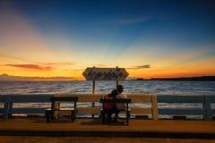 Puesta del sol de observación del mar de los pares con el cielo crepuscular Foto de archivo libre de regalías