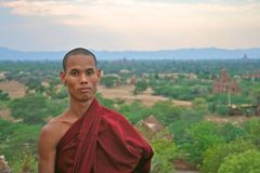 Puesta del sol de observación del monje budista en Bagan, Myanmar Imágenes de archivo libres de regalías