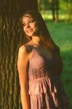 Puesta del sol de observación sonriente hermosa de la muchacha en día de primavera soleado Foto de archivo libre de regalías